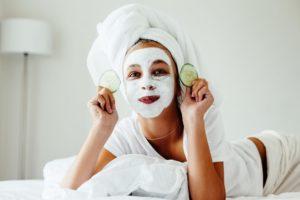 Home maschera di gelatina così come l'acqua o la maschera facciale di gelatina e anche il latte